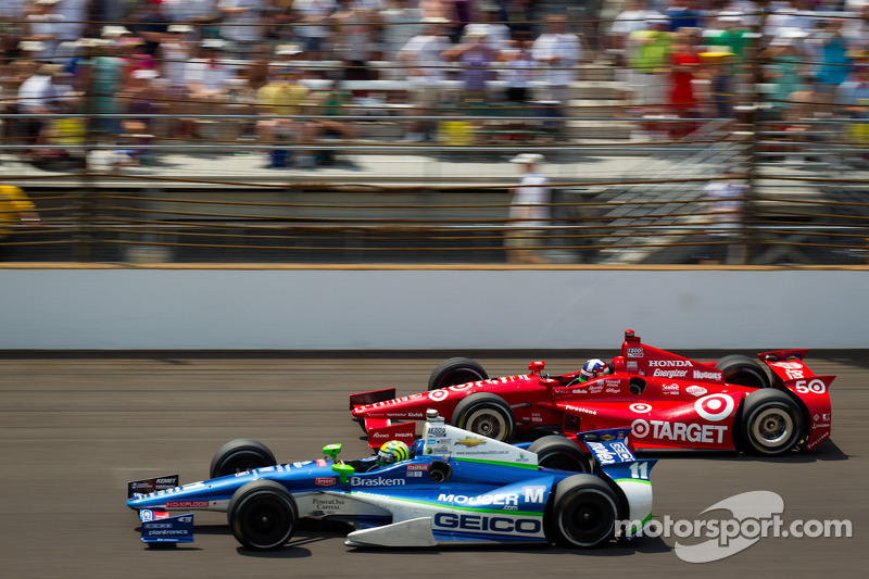 Tony Kanaan, KV Racing Technology Chevrolet and Dario Franchitti, Target Chip Ganassi Racing Honda battle for the lead
