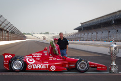Winners photoshoot: Dario Franchitti, Target Chip Ganassi Racing Honda with IMS executive Jeff Belskus
