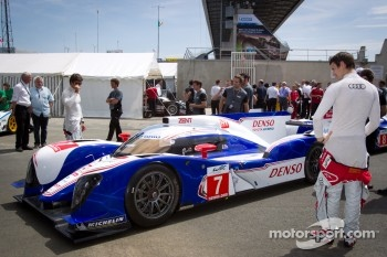 Oliver Jarvis checks out the #7 Toyota Racing Toyota TS 030 - Hybrid