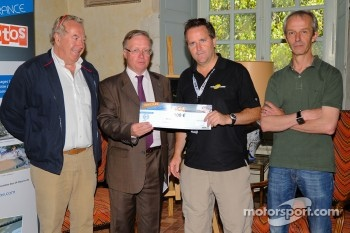 Motorsport.com's Art Director Eric Gilbert accepts the first prize in the Sarthe Endurance Photos competition