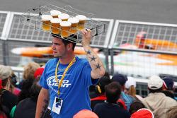 Paul di Resta, Sahara Force India passes a beer seller in the grandstand