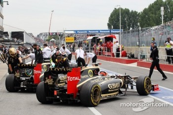 Kimi Raikkonen, Lotus F1, and team mate Romain Grosjean, Lotus F1, in the pits