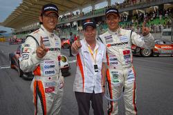GT300 winners Masami Kageyama and Tomonobu Fujii celebrate