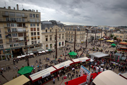 Overall view of the starting area at Place de la République