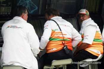 Otmar Szafnauer, Sahara Force India F1 Chief Operating Officer; Bob Fernley, Sahara Force India F1 Team Deputy Team Principal and Dr