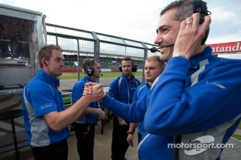 Carlin mechanics celebrate the win of Antonio Felix Da Costa