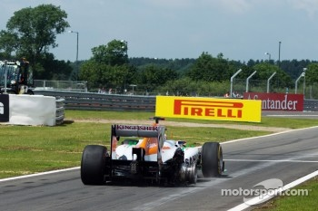 Paul di Resta, Sahara Force India enters the pits at the end of the opening lap with a puntured rear wheel