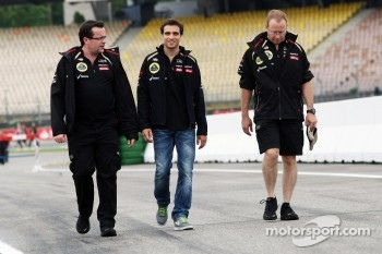 Jrme d'Ambrosio, Lotus F1 Team Third Driver walks the circuit