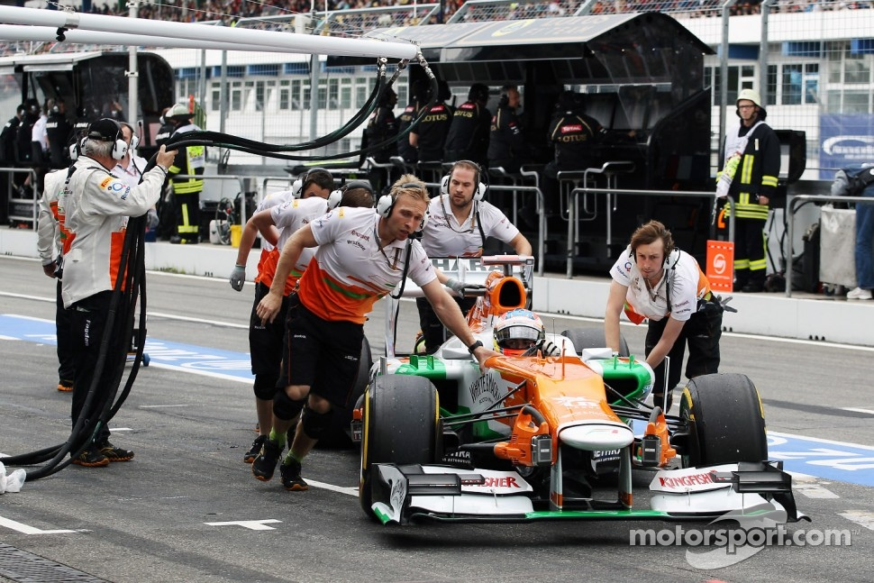Paul di Resta, Sahara Force India pushed through the pits