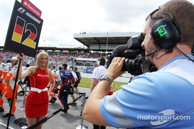 Grid girl filmed by FOM Cameraman