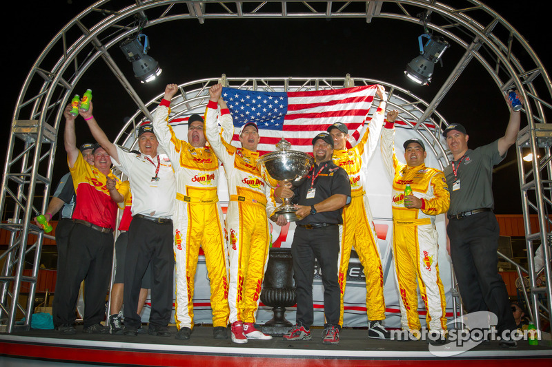 IndyCar Series 2012 champion Ryan Hunter-Reay, Andretti Autosport Chevrolet celebrates with Michael Andretti and Andretti Autosport team members