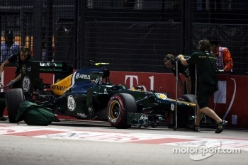 Caterham F1 Team mechanics recover ther Caterham of Vitaly Petrov, Caterham