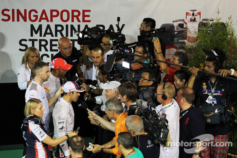 Pastor Maldonado, Williams and Lewis Hamilton, McLaren with the media