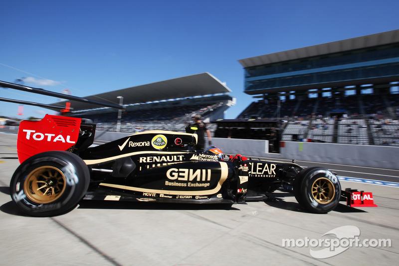 Romain Grosjean, Lotus F1 E20 leaves the pits