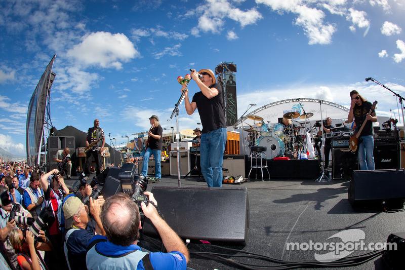 Pre-race concert with Kid Rock