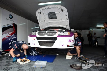 Mechanics work on the car of Kei Cozzolino, BMW 320 TC, ROAL Motorsport