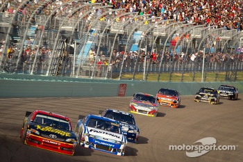 Clint Bowyer, Michael Waltrip Racing Toyota, Carl Edwards, Roush Fenway Racing Ford