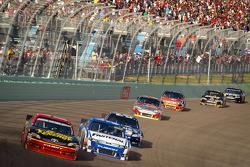 Clint Bowyer, Michael Waltrip Racing Toyota, Carl Edwards, Roush Fenway Racing Ford