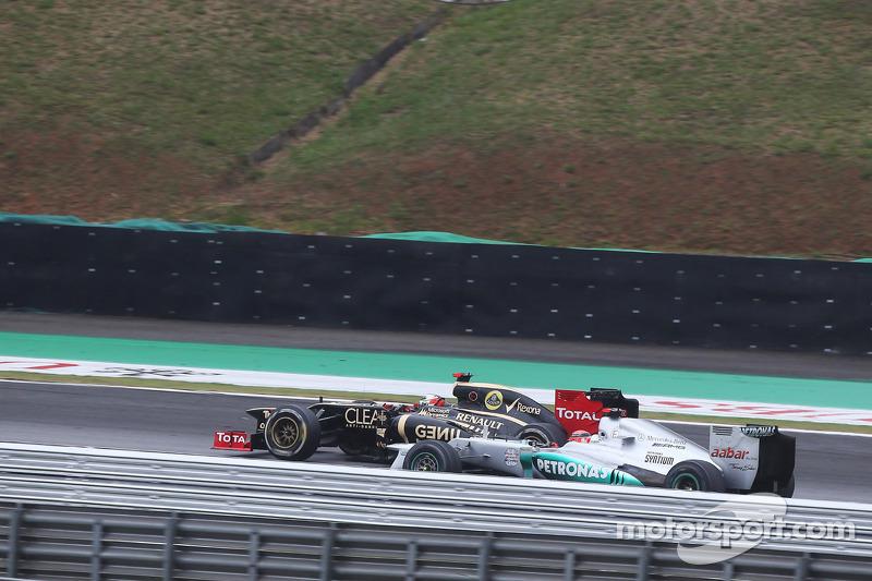 Im Zweikampf: Michael Schumacher, Mercedes AMG F1, und Kimi Räikkönen, Lotus F1