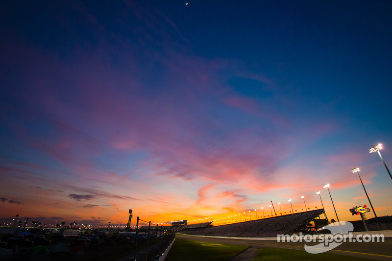 Spectacular sunset on Daytona before the evening practice session