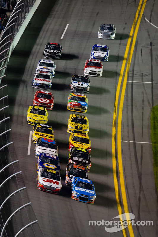Kasey Kahne, Hendrick Motorsports Chevrolet and Greg Biffle, Roush Fenway Racing Ford lead the field to the start