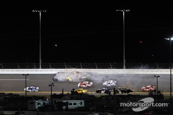 Denny Hamlin, Joe Gibbs Racing Toyota, Jimmie Johnson, Hendrick Motorsports Chevrolet, Kyle Busch, Joe Gibbs Racing Toyota, Jeff Gordon, Hendrick Motorsports Chevrolet crash