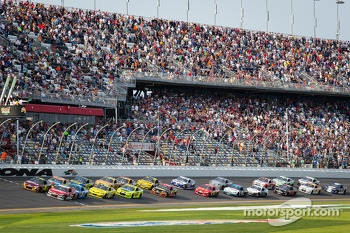 Start: Jeff Gordon, Hendrick Motorsports Chevrolet and Ryan Newman, Stewart-Haas Racing Chevrolet lead the field