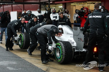 Lewis Hamilton, Mercedes AMG F1 W04 in the pits