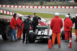Marshals and Mercedes AMG F1 mechanics with the Mercedes AMG F1 W04 of Lewis Hamilton, Mercedes AMG F1