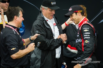 Podium: second place Helio Castroneves, Team Penske Chevrolet with Michael Andretti