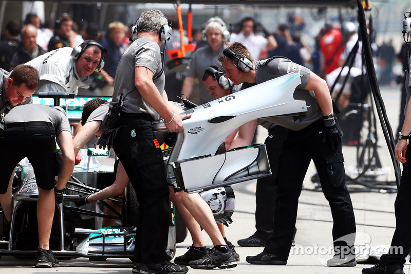 Lewis Hamilton, Mercedes AMG F1 W04 has a front wing change