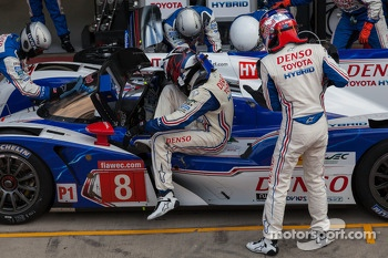 Stéphane Sarrazin hopping out and Sebastien Buemi getting in the #8 Toyota