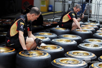 Lotus F1 Team mechanics with Pirelli tyres