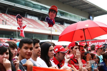 Fernando Alonso, Ferrari fans in the pits