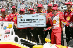 Winner Helio Castroneves, Team Penske Chevrolet