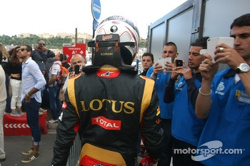 Romain Grosjean, Lotus F1 Team walks back to the pits after crashing in the third practice session