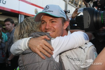 Race winner Nico Rosberg, Mercedes AMG F1 celebrates with his mother and the team