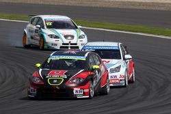 Robert Huff, SEAT Leon WTCC, ALL-INKL.COM Munnich Motorsport leads Yvan Muller, Chevrolet Cruze 1.6T, RML
