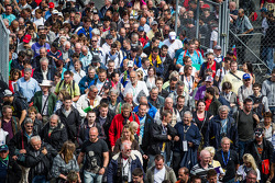 A massive amount of fans enters pitlane for te autoghraph session
