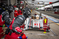 Pit stop for #1 Audi Sport Team Joest Audi R18 e-tron quattro: Marcel Fässler, Andre Lotterer, Benoit Tréluyer