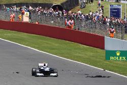 Valtteri Bottas Williams FW35 passes tyre debris