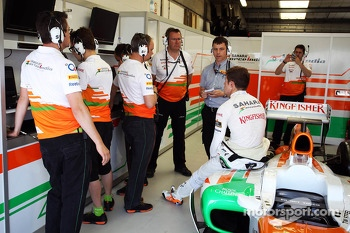Paul di Resta, Sahara Force India VJM06 talks with a Pirelli Tyre Engineer and his team