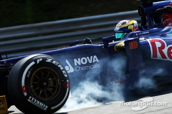 Jean-Eric Vergne, Scuderia Toro Rosso STR8 locks up under braking