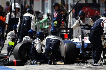 Pastor Maldonado, Williams FW35 makes a pit stop