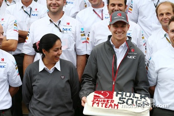 Nico Hulkenberg, Sauber celebrates his 50th GP with Monisha Kaltenborn, Sauber Team Principal and the team