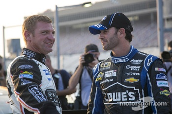 Clint Bowyer, Michael Waltrip Racing Toyota and Jimmie Johnson, Hendrick Motorsports Chevrolet