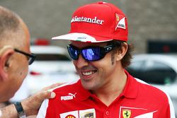 Fernando Alonso, Ferrari with Pat Behar, FIA Photographers Delegate, on the drivers parade