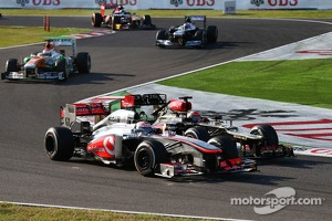 Jenson Button, McLaren MP4-28 and Kimi Raikkonen, Lotus F1 E21 battle for position
