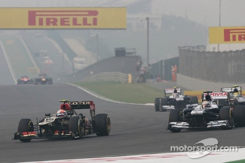 Romain Grosjean, Lotus F1 E21 and Pastor Maldonado, Williams FW35 battle for position