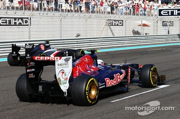 Daniel Ricciardo, Scuderia Toro Rosso STR8 practices a start on the grid
